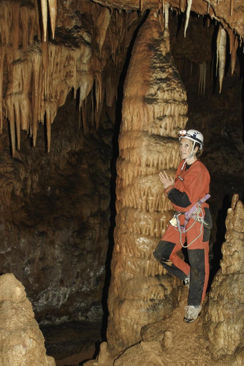 Femme spéléo stalactites géants Millau Grands causses